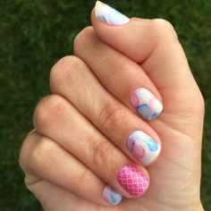 July's Sisters' Style Exclusive, Sweet Splash, is even better on hands! I've paired it with Rosy Quatrefoil for a colorful look! #sweetsplashjn #rosyquatrefoiljn #jamberry #sse #notd #jamicure