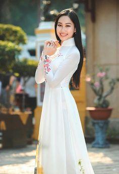 Beautiful Girl Photo, Beautiful Women, Vietnam Costume, Ao Dai, White Girls, Traditional Dresses, Girl Photos, Studios, Vanoss Crew