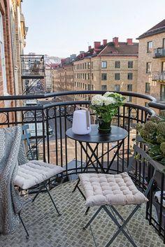 Small Balcony Design, Small Balcony Decor, Terrace Design, Balcony Ideas, Balcony Chairs, Balcony Furniture, Interior Balcony, London Apartment, Parisian Apartment
