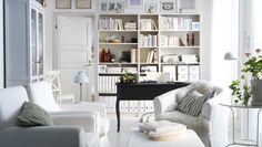 """IKEA Österreich, Inspiration, Wohnzimmer, EKTORP JENNYLUND Sessel, EKTORP TULLSTA Sessel und EKTORP BROMMA Hocker mit Bezug """"Blekinge"""" in Weiß, LINDVED Beistelltisch in Weiß, BILLY Bücherregale in Weiß und HEMNES Vitrinenschrank in Weiß"""
