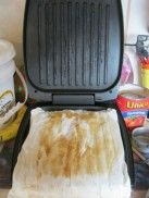 George Foreman Grill Cleaning Tip! Didn't like using my George Foreman cause it was a pain to clean. George Foreman Grill, George Foreman Recipes, House Cleaning Tips, Diy Cleaning Products, Spring Cleaning, Cleaning Hacks, Grill Cleaning, Deep Cleaning, Kitchen Cleaning