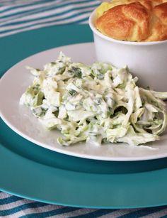 Opskrift på det bedste grilltilbehør, sommercoleslaw med spidskål og agurk.
