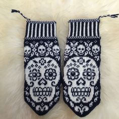 Calaveritas by JennyPenny Sweden AB Knitted Mittens Pattern, Crochet Gloves, Knit Mittens, Knitting Socks, Wrist Warmers, Hand Warmers, Knitting Charts, Knitting Patterns, Ravelry