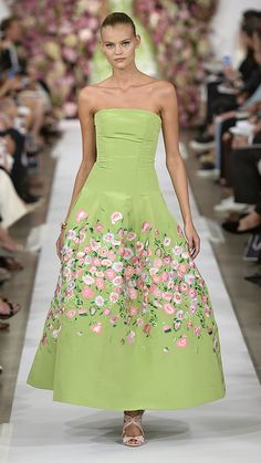 Oscar de la Renta Spring/Summer 2015 - simply beautiful garden party dress! #SS15 #chichilondon #chichiclothing