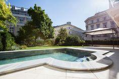 Ein extravagantes Pool auf der Terrasse einer Wohnung in der Wiener Innenstadt mit Römereinstieg und Wasserfall-Wand. Material, Patio, Waterfall, Natural Stones