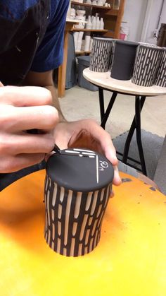 poterie videos Carving bottom of ceramic cup - RD Ceramics