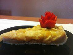 Tarta de manzana con con fresa en flor