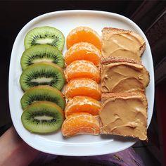 Breakfast ↠ 3 petites tartines avec du beurre de cacahuète/amande, clémentine et kiwi #healthybreakfast #healthyfood #breakfast