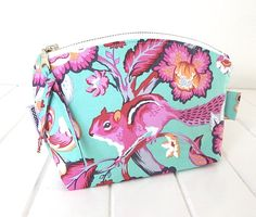 "what a gorgeous makeup bag, get your ""pretty on"" with a pink squirrel as your trusty sidekick. Makeup Bag Make up Purse Make up Storage Makeup by BoonlellBags"