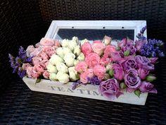 Arreglo floral de minirosas en caja de té.