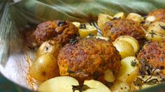 Πεντανόστιμα, αφράτα μπιφτέκια με χοιρινό κιμά ψημένα στη γάστρα με μελωμένες, μυρωδάτες και λεμονάτες πατατούλες. Μια εύκολη συνταγή (από εδώ) για να έχετ