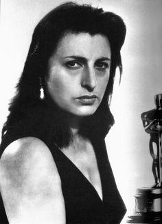 ANNA MAGNANI (Roma, 7 marzo 1908 – Roma, 26 settembre 1973) è stata un'attrice italiana. Festival di Berlino: 1958:Selvaggio è il vento-Orso d'argento -Premio BAFTA 1957:La rosa tatuata-Migliore attrice protagonista internazionale -Premio Sant Jordi:1961:Nella città l'inferno-Migliore attrice straniera