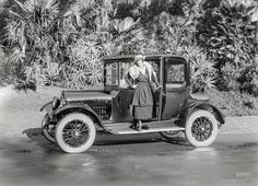 "Shorpy Historic Picture Archive :: Fox Trap: 1915 high-resolution photo-San Francisco circa 1915. ""Velie four-passenger coupe."" Note the wraparound side glass. 5x7 glass negative by Christopher Helin."