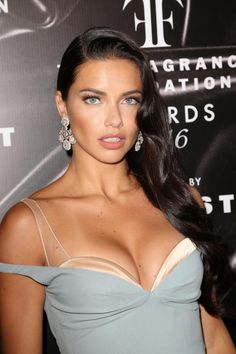 Dream Girls Photos: Adriana Lima hot Cleavage show off Pictures Collection Brunette Beauty, Hair Beauty, Adriana Lima Style, Adriana Lima Hair, Adriana Lima Makeup, Victoria Secret Fashion Show, Victoria Secret Makeup, Victoria Secrets, Supermodels