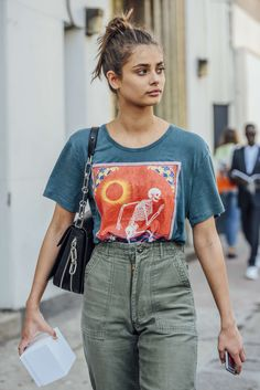September 14, 2016 Tags Black, Red, Green, Blue, Pants, Teal, Women, Model Off Duty, Models, Graphic Tees, Bags, Taylor Hill, T Shirts, New York, Olive, 1 Person, Buns, SS17 Women's