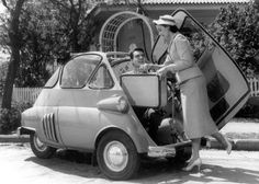 Fotos de divulgação do Romi-Isetta com Eva Wilma e John Herbert.