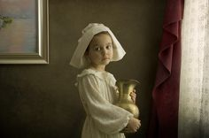 Using his lovely daughter as the model, Melbourne based photographer Bill Gekas recreates some of the classic paintings from famous artists such as Rembrandt, Vermeer and Caravaggio. Photo Portrait, Photo Art, Portrait Photography, Digital Photography, Portrait Shots, Vintage Photography, Classic Portraits, Classic Paintings, Modern Portraits