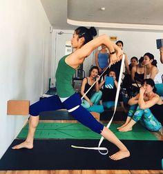 Virabhadrasana 1 preps with the TTs. #yogaprops (at Qingdao, Shandong)