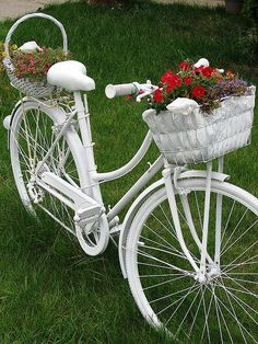 26 garden junk ideas - How to create unique garden art from junk - white bike holding flowers Old Bicycle, Bicycle Art, Old Bikes, Unique Garden Decor, Unique Gardens, Garden Decorations, Creative Garden Ideas, Diy Decoration, Garden Crafts