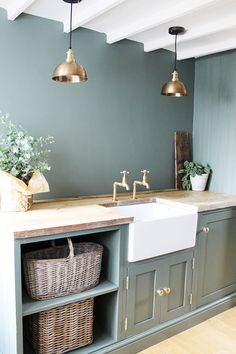 Pair raw materials such as brass and wood to create an authentic and nature-inspired interior! Kitchen Interior, Home Decor Kitchen, Room Design, Interior, Home Decor, House Interior, Home Kitchens, Utility Room Designs, Kitchen Design