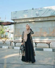 Casual Hijab Outfit, Modest Wear, Hijab Fashion, Pleated Skirt, Ootd, Muslim, Skirts, Model, How To Wear
