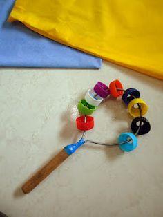http://reciclagemculturalriodasostras.blogspot.com.br  Chocalho feito com coador de café e tampinhas de garrafa  PET reutilizados
