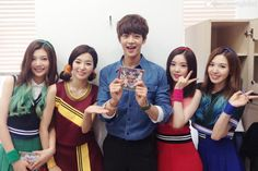"Red Velvet debut performance and photo with SHINee's Minho Rookie girl group Red Velvet heated up the stage during their ""Show! Music Core"" debut performance and had the chance to take a snapshot with SHINee's Minho. Park Sooyoung, Seulgi, K Pop, Kpop Girl Groups, Kpop Girls, Divas, Exo Red Velvet, Rapper, Red Valvet"