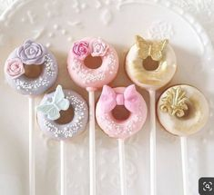 Baby Shower Cake Pops the Easy Way with Picture - Figure out how to make baby cake pops the easy route with cake blend with these simple well ordered Mini Donuts, Fancy Donuts, Cute Donuts, Donuts Donuts, Doughnut, Baby Cake Pops, Baby Shower Cake Pops, Donut Birthday Parties, Donut Party