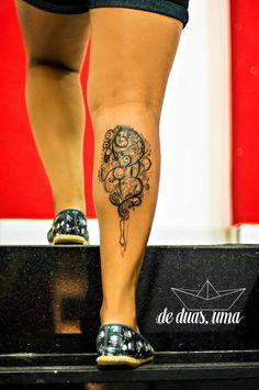 tatuagem feminina na panturrilha  - Desenho exclusivo criado por De duas, uma (www.deduasuma.com)