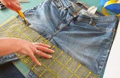 Auch wenn die Jeans schon sehr kaputt ist, kann man noch was daraus machen. Für den Rock braucht man nur den oberen Teil. Wenn Die Beine noch ok sind, machen wir noch andere Projekte daraus. // Bei einer alten Jeans werden die Beine direkt über dem Schritt abgeschnitten. Anschliessend wir diese Schnittkante an die Körperform angepasst. Dafür die Jenas anziehen und Sie muss vorne eitlich und am Po etwas gleich lang sein. Das Rock-Teil ist ein halber Tellerrock, d.h. er besteht... Revamp Clothes, Short Jean Skirt, Upcycle, Diy Upcycling, Refashion, Sewing Hacks, Patterned Shorts, Diy And Crafts, Embroidery