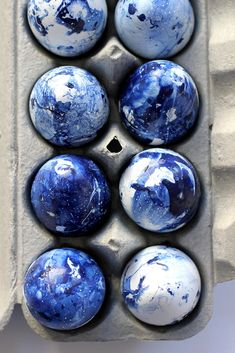 Make these DIY indigo inspired eggs on aliceandlois.com