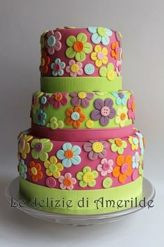 flowers with buttons cake..i want to get my little girl this one day...whenever i have one