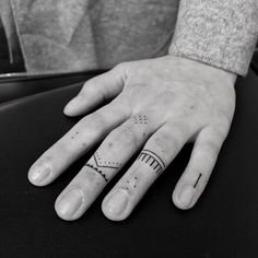 50 Eye-Catching Finger Tattoos That Women Just Can't Say No To Tatouages ​​au doigt délicats par Oliver Whiting Tattoo Am Finger, Small Finger Tattoos, Finger Tats, Tattoos For Women Small, Small Tattoos, Womens Finger Tattoos, Ring Finger, Form Tattoo, Shape Tattoo