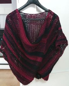 "Cooler Drüberzieher ""Einfach himmlisch"" mit Wasserfalleffekt am Ausschnitt Poncho Crochet, Knit Or Crochet, Crochet Vests, Easy Knitting Projects, Knitting For Beginners, Clothing Patterns, Dress Patterns, Knitting Patterns, Crochet Patterns"