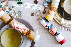 How to make your own christmas crackers. Try these amazing homemade Christmas crackers from my favourite designer and give your Christmas dinner table a personal touch.