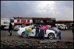 Soweto incarne à elle seule toutes les contradictions de lAfrique du Sud, où se côtoient en permanence la pauvreté et le luxe.
