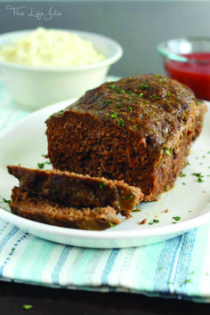 This is my mom's meatloaf recipe- it is seriously the best meatloaf I've ever had- it's super simple and really easy to make. It's the ultimate of comfort foods and one of my favorite dinners! Mom's Meatloaf Recipe, Classic Meatloaf Recipe, Best Meatloaf, Turkey Meatloaf, Minced Meat Recipe, Meat Loaf Recipe Easy, Meat Recipes, Dinner Recipes, Traditional Meatloaf Recipes