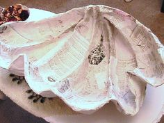 Katty's Cosy Cove: Making a Giant Clam Sea Shell from a cardboard template, papier mache, (paper mache). I'll bet that interference paint would make this illusion pop. Paper Mache Projects, Paper Mache Crafts, Plate Crafts, Art Crafts, Under The Sea Theme, Under The Sea Party, Seashell Crafts, Beach Crafts, Giant Clam Shell