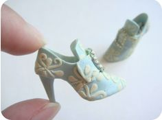 Barbie Shoes, Doll Shoes, Barbie Et Ken, Barbie Dolls, Boot Jewelry, Clay Jewelry, Polymer Clay Miniatures, Polymer Clay Crafts, Dollhouse Shoes