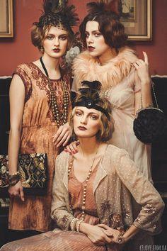 ▷ Vintage dresses - encounter with the past- ▷ Vintage Kleider – Begegnung mit der Vergangenheit Gatsby Style Party, tulle dress, fur scarf, dress with appliqué, round handbag - Vestidos Vintage, Vintage Dresses, Vintage Outfits, Vintage Fashion, Robes Vintage, Great Gatsby Fashion, The Great Gatsby, Roaring 20s Fashion, Gatsby Party