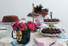 Tarde com chocolate: chá com bolo, brigadeiro e bolinho de chuva. Hummm!