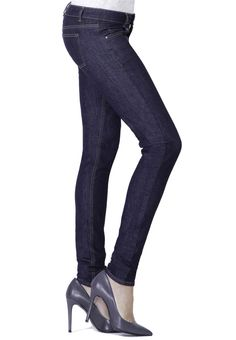 Der dunkelblaue Denim ist der Klassiker unter den Jeans und ein Muss in jedem Kleiderschrank. Wir beziehen diesen hochwertigen Denim von unserem Partner aus Norditalien, einem traditionsreichen Hersteller von Jeansstoffen. Diese wandelbare Jeans passt in den geschäftlichen Alltag im Büro genau so gut wie an ein Rockkonzert, Du kannst dieses perfekte Basic-Kleidungsstück nach Lust und Laune stylen. Diese Jeans wird für Dich individuell maßgeschneidert – wir garantieren Dir optimale Passform. Shorts, Blue Jeans, Blues, Partner, Pants, Fashion, Armoire, Dark Blue, Northern Italy