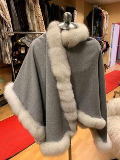 Cape grise avec fourrure de renard blanc  1 000 $ Capes, White Fox, Fur Coat, Jackets, Fashion, Gray, Fox Fur, Cape Clothing, Down Jackets