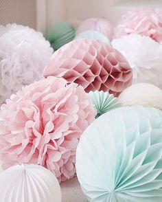 PomPoms en Honeycombs in zachte pastel tinten. #pompom #pastel #honeycomb #Alvéolés #weddingdecor #weddingideas #bride #love #decoration #styling #design #lampion #wedding #trouwen #eventstyling #events #baby #babyshower @lampionlampionnen.nl fête de mariage, Lanternes à papier, idées de mariage, lampions colorés, lampions blancs, lampion avec lampes à LED, décoration de mariage, l'inspiration de mariage, décoration partie, bruiloftsborden Bruiloftsversiering