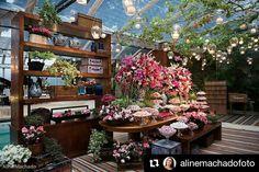 Fantástica mesa de doces! Lindo com muita flor e muito doce!