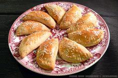 Μια υπέροχη συνταγή που κληρονόμησα σε κιτρινισμένα από το χρόνο τετράδια. Pita Recipes, Greek Recipes, Cooking Recipes, Greek Pita, Eat Greek, Cheese Pies, Crab Dip, Pretzel Bites, Kai
