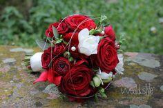 ♥♥♥ Brautstrauß in Rot mit weißen Akzenten. Floristik von #weddstyle  http://www.weddstyle.de/hochzeit-brautstrauss.html