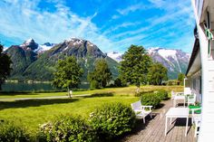 A nice place along Strynevatnet. Nice Place, Great Places, Norway, Golf Courses, Mountains, Nature, Travel, Naturaleza, Voyage