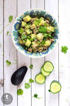 Sałatka z ogórkiem, awokado, tuńczykiem i kolendrą Sprouts, Risotto, Vegetables, Ethnic Recipes, Food, Lifestyle, Essen, Vegetable Recipes, Meals