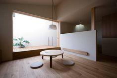建築師 松浪光倫 的作品「松ヶ丘の住宅」。 L型的基地,屋主是年輕夫婦和一個小孩的三口之家,建築面積只有26坪的空間,希望是個清爽簡單的直樸住家。建築師在南面建立了大開口,以原木加純白的室內設計,讓空間呈現富含光影變化的清美學住宅。 via 松浪光倫建築計画室